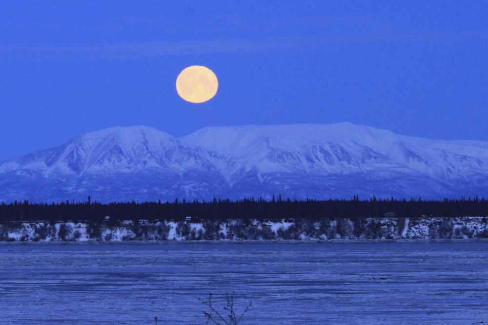 87a1260f42b94 صور .. كيف بدا القمر الأزرق العملاق حول العالم؟ - البيان