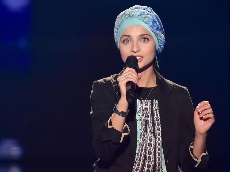 شاهد.. أول محجبة في «ذا فويس فرنسا» تذهل لجنة التحكيم بأغنية «يا إلهي»
