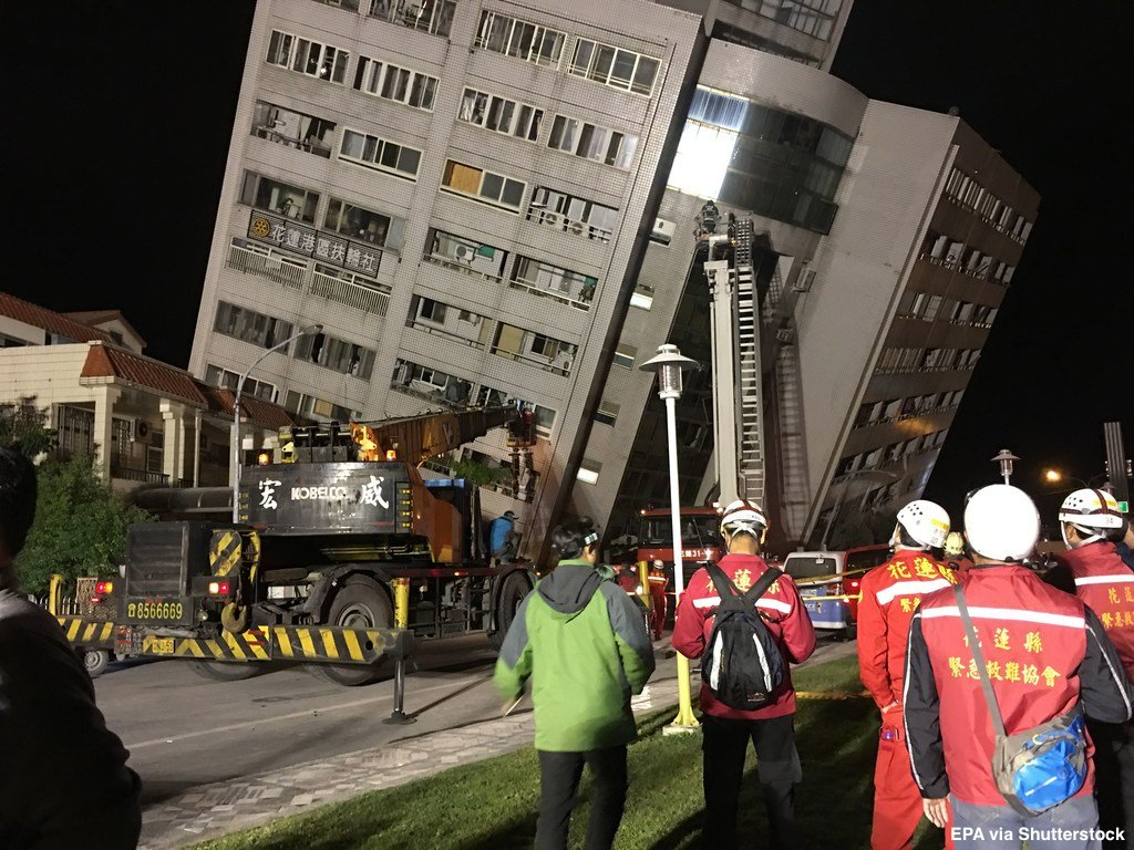 بالفيديو.. انهيار فندق وانشقاق الأرض جراء زلزال في تايوان