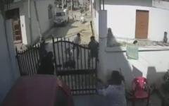 الصورة: هندية تواجه عصابة بمفردها وتنقذ زوجها من الموت