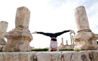 الصورة: الأردن.. يوغا بين الآثار