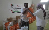 الصورة: الإمارات تغيث أسر الشهداء والفقراء في عدن وتريم