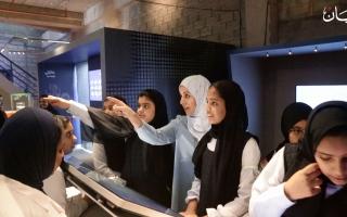الصورة: «متحف نوبل» طلاب الإمارات يتفاعلون مع علماء الكمياء