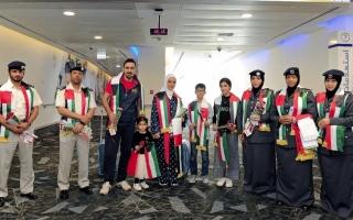 شرطة أبوظبي تستقبل الكويتيين في المطار بالورود والأعلام