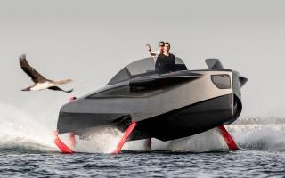 الصورة: يخت يطير فوق الماء في دبي