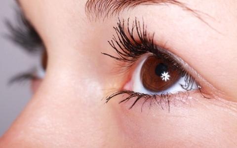 الصورة: قطرة تعالج مشكلات  النظر في العين