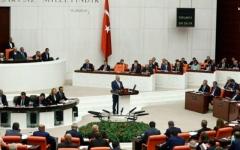 الصورة: اشتباكات بالأيادي في البرلمان التركي بسبب قانون يعزز حزب أردوغان