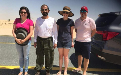 الصورة: محمد بن راشد يساعد أسرة أوروبية علقت سيارتهم في الرمال