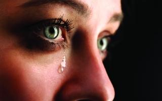 الصورة: الدموع تكشف الإصابة بمرض عصبي خطير