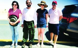 محمد بن راشد يساعد أسرة أوروبية علقت مركبتها في الرمال