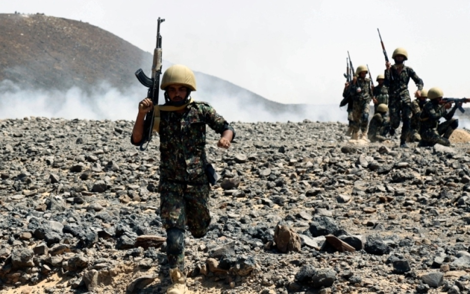 الصورة: الجيش اليمني يحاصر معسكر طيبة الاسم في الجوف