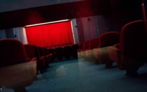 الصورة: مات في السينما بسبب هاتفه