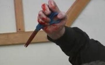 الصورة: طالب يقتل صديقه بمقص