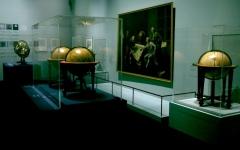 الصورة: 160 قطعة تستكشف كروية الأرض في «لوفر أبوظبي»