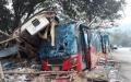 الصورة: 18 قتيلا بتحطم حافلة شمال شرق تايلاند