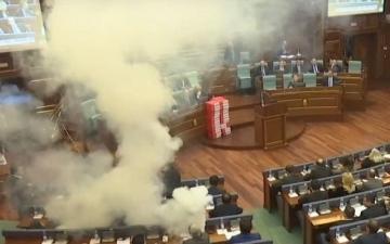 الصورة: بالفيديو.. قنابل مسيلة للدموع لعرقلة تصويت في برلمان كوسوفو