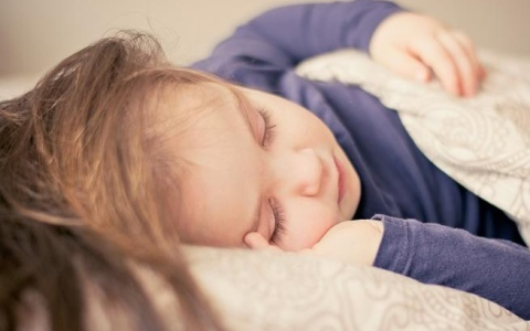 الصورة: تحذير من إيقاظ الأطفال ليلاً لتناول الأدوية