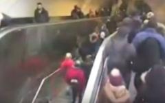 الصورة: شاهد..سلم متحرك يبتلع رجلاً في محطة قطارات