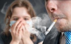 الصورة: التدخين بالمنزل يزيد إصابة الأطفال بأمراض الجهاز التنفسي
