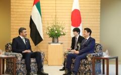 الصورة: رئيس وزراء اليابان وعبدالله بن زايد يبحثان التعاون
