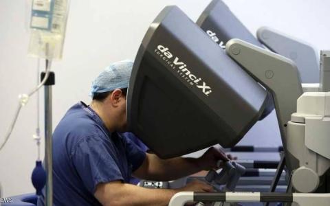 الصورة: روبوت يجري جراحة لمصابة بالسرطان