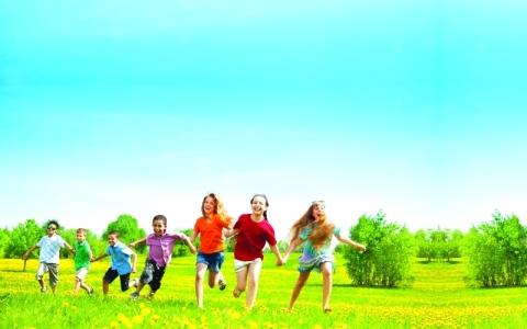 الصورة: تشجيع الطفل على اللعب خارج المنزل ينمي الذكاء