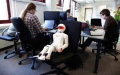 الصورة: الآلات والبشر معاً في مؤسسات الإمارات خلال 5 سنوات