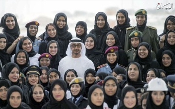 الصورة: الإمارات تسبق العالم في مساواة الرواتب بين الجنسين