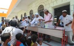 الصورة: الخاطري: «الهلال الأحمر » توزع 55 ألف سلة غذائية غرب اليمن
