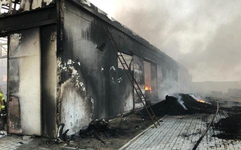 الصورة: حريق بمصنع للإطارات في أم القيوين