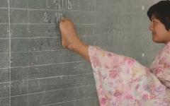 الصورة: امرأة من دون ذراعين رفضتها المدرسة تنال الماجستير