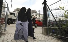 الصورة: فرنسا تحرم جزائرية من الجنسية لرفضها مصافحة مسؤولين