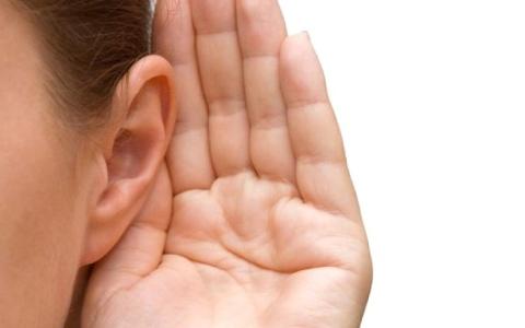 الصورة: فقدان السمع لدى كبار السن قد يكون مسبباً للخرف