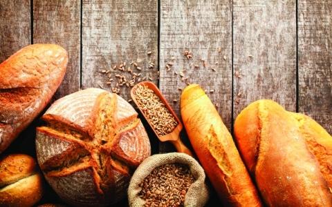 الصورة: الخبز الأبيض والأسمر.. اللون لا تأثير له
