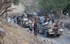 الصورة: آلاف اليمنيين يتوافدون إلى مكاتب تجنيد «المقاومة»