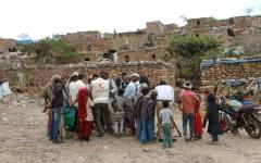 الصورة: الهلال الأحمر يغيث نازحي لودر ويتفقّد مخيم «الصدرين» في الضالع