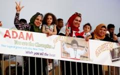 الصورة: لافتات بكل اللغات تساند الأبطال الصغار