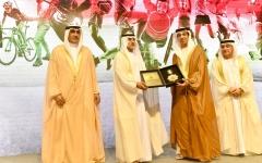 الصورة: منصور بن زايد يسلّم مكرمة خليفة لأصحاب الإنجازات الرياضية في 2017