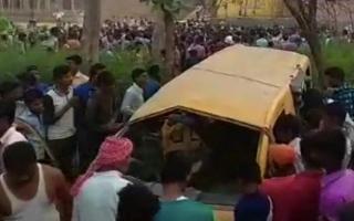 الصورة: مقتل 13 طفلا بتصادم قطار وحافلة مدرسية في الهند