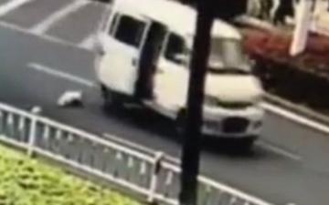 الصورة: فيديو صادم لسقوط طفل من سيارة دون مبالاة والديه