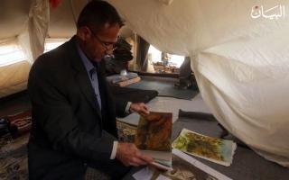 الصورة: رسام عراقي يتحدى ظروف المخيم بريشة الإبداع