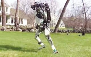 """الصورة: """"أطلس"""" يركض في الطبيعة كالبشر"""