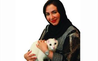 الصورة: منال المنصوري طبيبة تفيـض إنسانية على قطط الشوارع