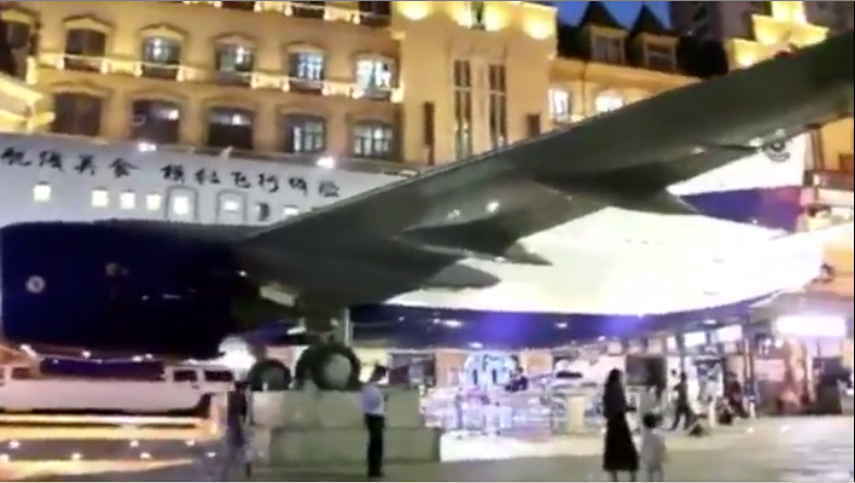 بالفيديو.. طائرة تجثم وسط مدينة على الدوام