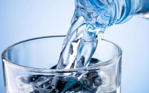 الصورة: ماذا يفعل بنا شرب الماء وقوفاً؟
