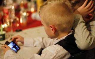 الصورة: استخدام الأطفال للهواتف الذكية يسبب صعوبات سلوكية