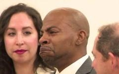 الصورة: بالفيديو.. لحظة مؤثرة لسجين قضى 27 عامًا ظلمًا