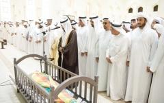 الصورة: حاكم رأس الخيمة يصلي الجنازة   على جثمان عبدالله الشرهان