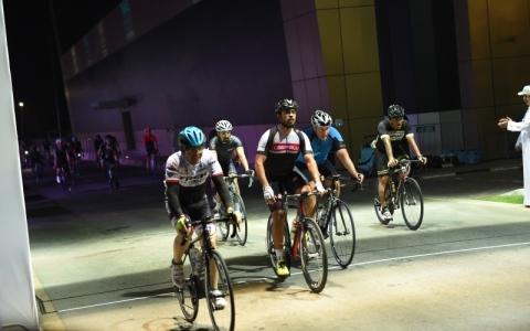الصورة: 630 مشاركاً يدشنون سباق الدراجات الليلة