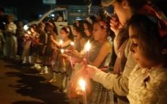 الصورة: أطفال مأرب في مسيرة بالشموع للتنديد بالحوثيين